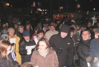 Das Publikum sang beim Singen des MGV im Christkindlmarkt zwischendurch kräftig mit
