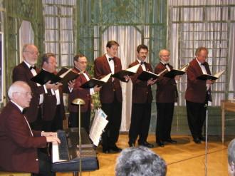 Viel Beifall gab es für die Feringer Vocalisten mit musikalischem Leiter Rainer Wiedemann (links im Vordergrund)  (Foto: Gartmeier)