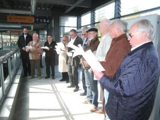 Die Sänger empfingen die Abordnung der Pfarrei Traunreut mit einem Ständchen