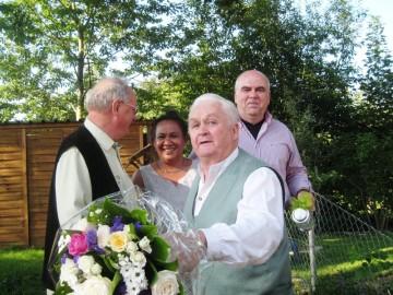 1. Vorstand Donat Aigner (r.) und 2. Vorstand Anton Poll (l.) überreichten dem Jubilar ein Präsent und seiner Ehefrau einen Blumenstrauß