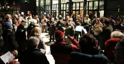 Geschätzte 150 UnterföhringerInnen sangen gemeinsam mit den Sängern des MGV